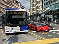 Bus, automobile Ferrari et moto au feu dans une rue de lausanne.jpg