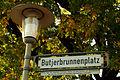 Butjerbrunnenplatz Hannover Ricklingen Straßenschild mit Erläuterungstafel.jpg