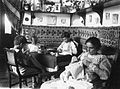 COLLECTIE TROPENMUSEUM Emma Meeter met de drie zoons van haar overleden zuster Betsy in Indië TMnr 60026521.jpg