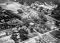 COLLECTIE TROPENMUSEUM Luchtfoto van Medan met de watertoren van de Waterleiding Maatschappij Ajer Beresih TMnr 10017771.jpg