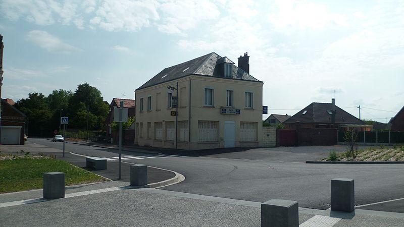 File:Café de la gare de Nesle (Somme).jpg