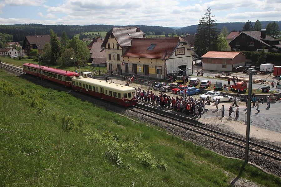 Une rame constituée d'un Picasso X 4039 et d'une motrice et remorque X 4395 - XR8508 en gare de Labergement Sainte-Marie durant les festivités du centenaire de la ligne Frasne Vallorbe.