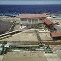Collectie Nationaal Museum van Wereldculturen TM-20029841 Overzicht over het terrein van 's Landswatervoorziening Curacao Boy Lawson (Fotograaf).jpg