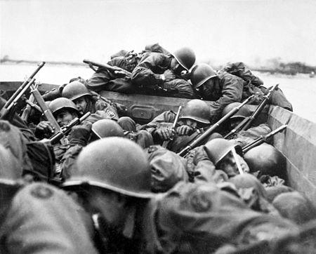 عبور مشاة الجيش التاسع والثمانين نهر الراين في زوارق هجومية عام 1945.