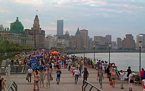 The Bund - Image: Crowded Bund on summer evening