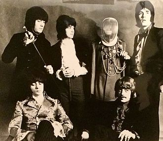 Deep Purple - Deep Purple in 1968. Standing from left to right: Simper, Paice and Evans. Seated: Blackmore and Lord