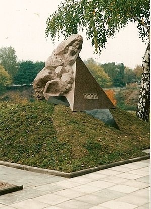 Novohrad-Volynskyi - Image: Denkmal für die Opfer des Faschismus auf dem Massengrab für die im 2. Weltkrieg erschossenen Juden