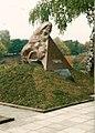 Denkmal für die Opfer des Faschismus auf dem Massengrab für die im 2. Weltkrieg erschossenen Juden.jpg