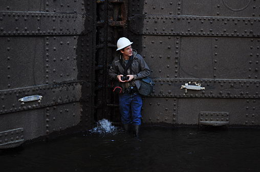 Dennis Bratland photographing Hiram M. Chittenden Locks large locks maintenance 2015 - 02.jpg