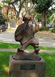 Escultura de Domenico Calabrone em uma das praças do bairro.