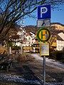 Dossenheim Behindertenparkplatz und Haltestelle.JPG