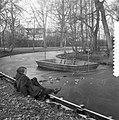 Eerste vorst in ons land, ijs in het Vondelpark even proberen, Bestanddeelnr 907-5017.jpg