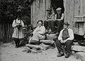 Elisabeth Meyer - Gruppeportrett av kvinner og menn i Setesdalsbunad NMFF 002574 10.jpg