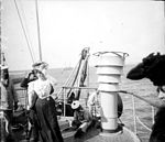 Femme sur le pont dun bateau, marins (5612522741).jpg