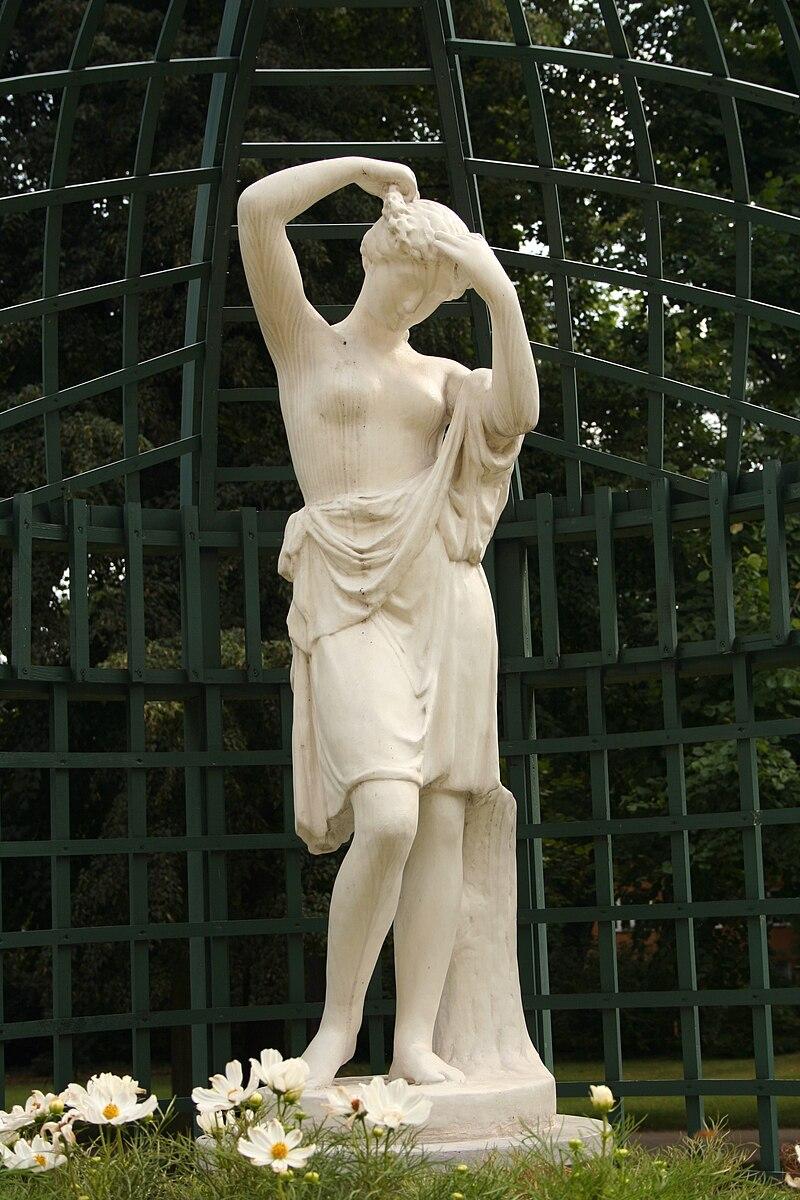 Figura w ogrodzie przypalacowym lancuckim pl.jpg