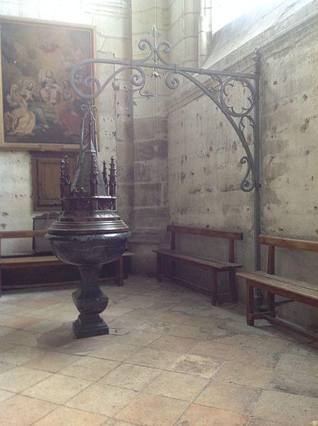 Fonts baptismaux avec baptistère à potence. Église Saint-Saturnin de Blois