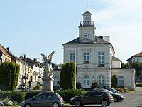 Fruges mairie et monument aux morts.JPG