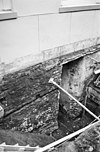 fundering achtergevel buitenmuur voormalige raadzaal, (ontgraven restant van een verbrand houten kruis in de kelder onder het voorste gedeelte van het wanthuis - deventer - 20054458 - rce