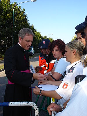 Georg Gänswein - Msgr Gänswein greeting Malteser International helpers in 2006