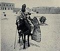 Guerrero tuareg a caballo con su lanza de hierro y su escudo de piel de kirafa, hacia 1912 Malí.jpg