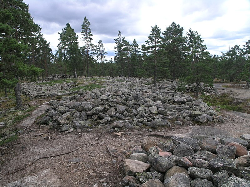 Tiedosto:Hautaröykkiöryhmä stone heap tombs from the Bronze Age on the hill 01.jpg