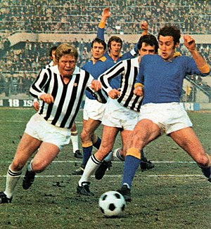 Helmut Haller - Haller in action with bianconeri in 1971, against an opponent of Verona.