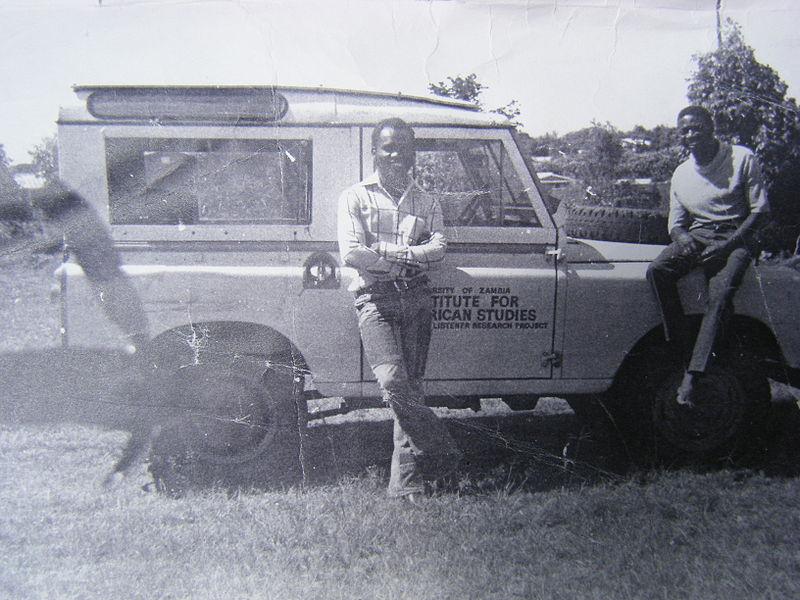 Archivo:Henry Tayali and Lungu, 1976, Roma suburb, Lusaka, Zambia.JPG