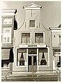 Houttil 22, Café-Bar de Lantaarn. Rijksmonument. Klokgevel, puilijst, muurankers. - RAA011001805 - RAA Elsinga.jpg