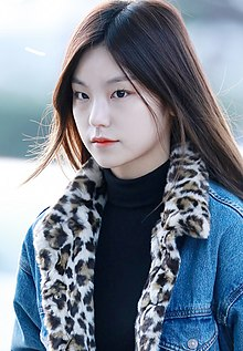 Hwang Ye-ji at Incheon Airport on November 25, 2019.jpg