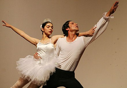 Two ballet dancers of the Iraqi National Ballet (which is based in Baghdad) performing a ballet show in Iraq in 2007. Iraq-National unity ballet2 600.jpg