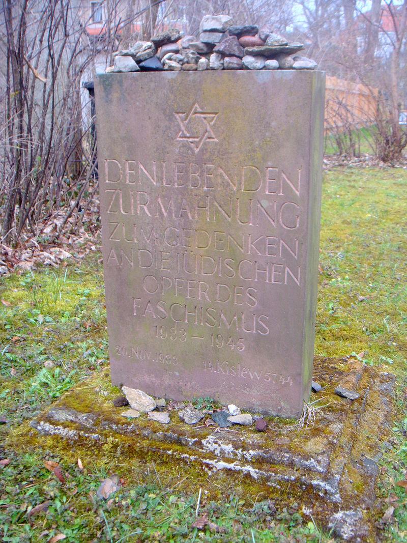 Jüdischer Friedhof Weimar Gedenkstein für Shoa-Opfer 1983.JPG