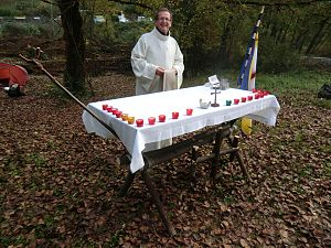 Religion in Scouting - Jacques Gagey, Chaplain General of Scouts et Guides de France with an altar built with pioneering techniques