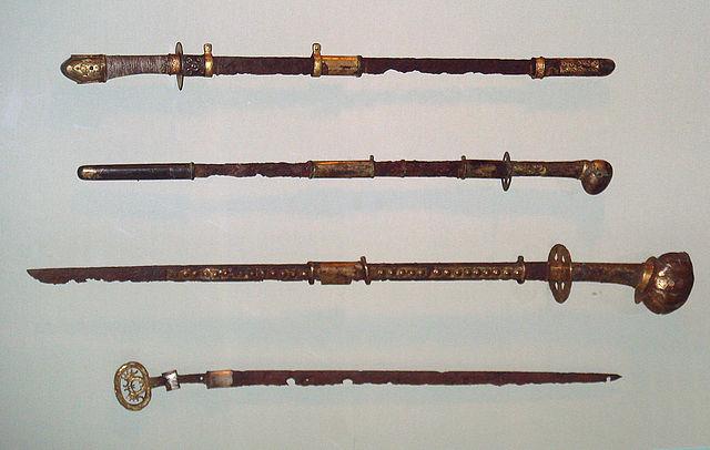Katana vs Langschwert, die Vorläufer des Katanas: Chokuto Schwerter 6 - 7 Jhr. - Kofun period. Fotografiert im MET. Author: Uploadalt