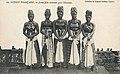 Jeunes filles costumées pour l'excision (Guinée).jpg