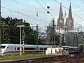 Köln 2010-04-30 – Bahn – Hohenzollernbrücke - Domspitzen - panoramio.jpg