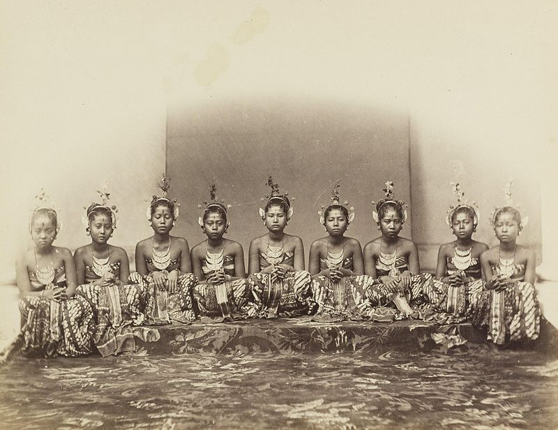 KITLV 408103 - Isidore van Kinsbergen - Dancers of the sultan in Jogjakarta - 1863-1868.jpg