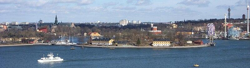 Vy fra Södermalms højder mod nord, øen Kastellholmen er midt i billede, til venstre tilslutter Skeppsholmen og til højre Grøne Lund.