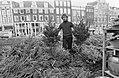 Kerstbomen op bloemenmarkt aan het Singel te Amsterdam, Bestanddeelnr 927-6272.jpg