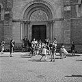 Kinderen krijgen doopsuikers uitgedeeld bij de ingang van de kerk ter gelegenhei, Bestanddeelnr 254-0287.jpg