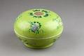 Kinesisk grön skål i porslin - Hallwylska museet - 95838.tif