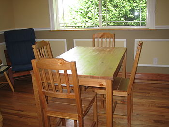 English: Wooden kitchen table and chairs