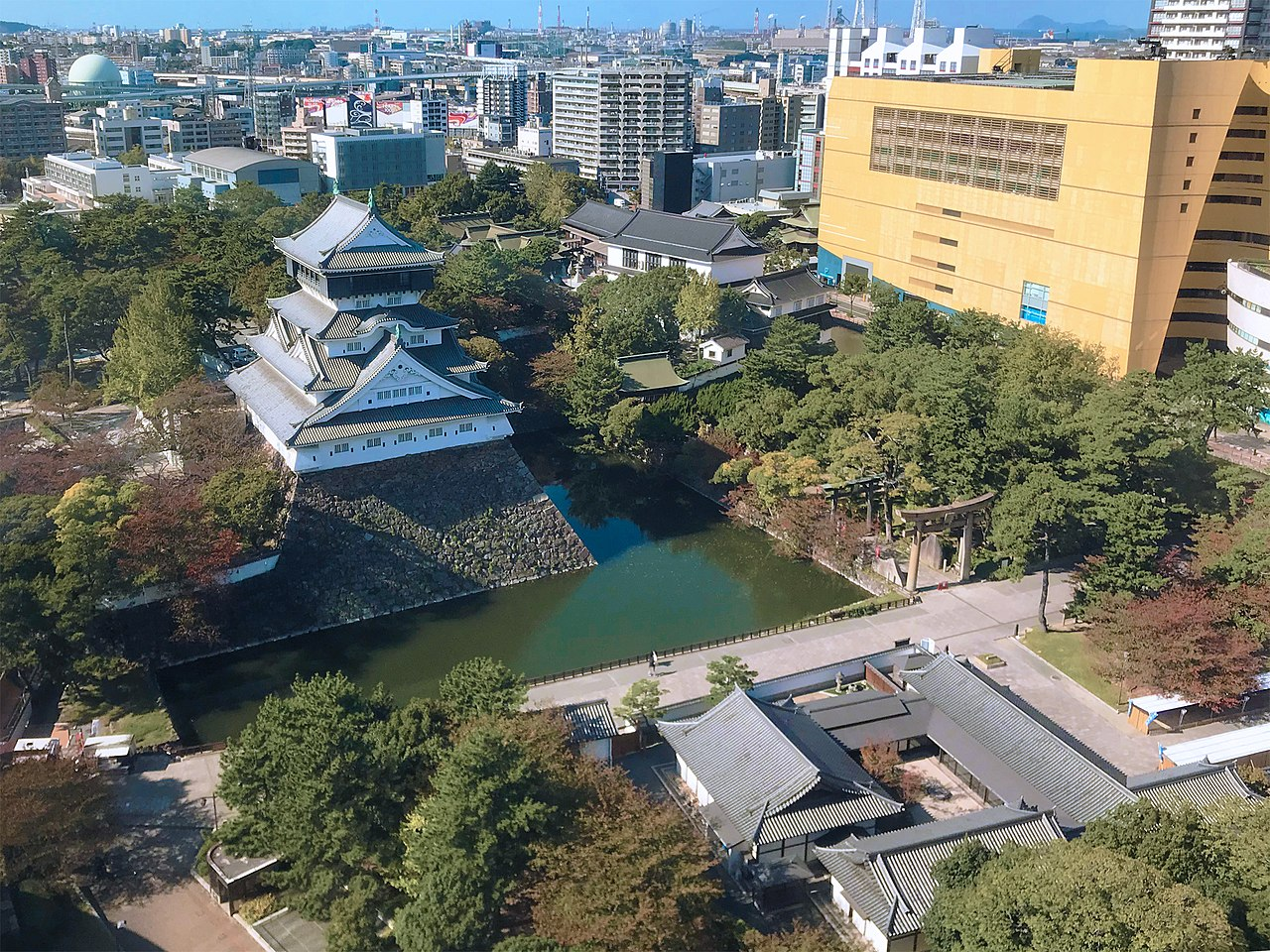 小倉城復興天守と小倉城庭園