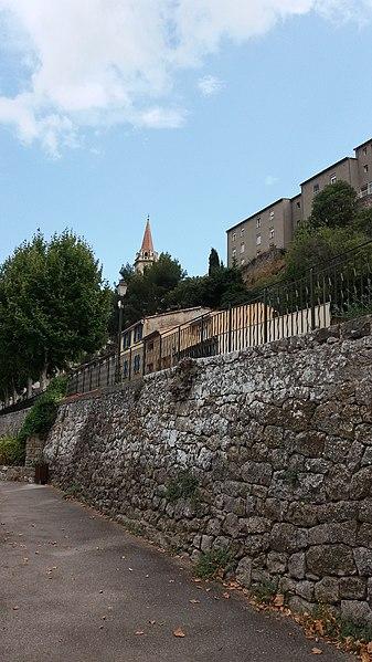 La Cadière-d'Azur - église Saint-André prise en contrebas.
