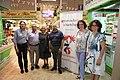 La alcaldesa celebra con los comerciantes el 75 aniversario del Mercado de Chamberí 02.jpg