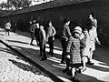 Lapsia Töölönkadulla Kansallismuseon kohdalla - N203876 - hkm.HKMS000005-km003u1y.jpg