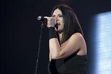 Laura Pausini, interprete del brano, dichiarò che La solitudine raccontava le sensazioni che stava vivendo durante il periodo dell'incisione del singolo stesso.