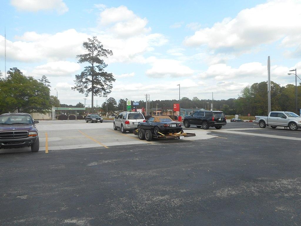File:Lincoln Navigator tows Mazda Miata @ Petro on TV Road