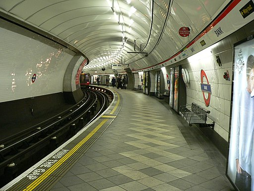London Underground Central Line at Bank station 2005-12-10 02