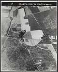 Luchtopname Parachutisten van de Vierde Parachutisten Brigade landen op de Ginkelse Heide.jpg
