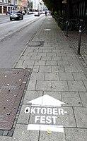 München, 2016, Pfeile zum Oktoberfest, 2.jpeg